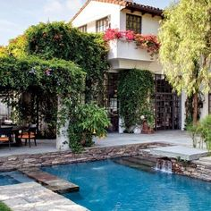 Movie Producer Peter Guber's Mediterranean Revival Home in Los Angeles Becomes a Gallery-Worthy Space The pool area is paved with bluestone. Spanish Style Homes, Spanish House, Spanish Colonial, Modern Pools, My Pool, Mediterranean Home Decor, Dream Pools, Beautiful Pools, Los Angeles Homes