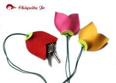 *Tulpen-Schlüsseletui aus Leder*. Dieses Schlüsseletui wurde mit Leder genäht. Dazu ein Lederband mit eine Perle an dem ein Schlüsselring angebrach