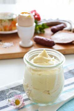 Przepis na majonez, który Wam podam jest rewelacyjny i bardzo łatwy, majonez jest gęsty, kremowy, w konsystencji i smaku bardzo przypomina majonez winiary. W zależności, od tego jaki majonez lubicie, możecie go doprawić większą ilością soku z cytryny, octu lub musztardą, aby był pikantniejszy. Przepis jest bardzo łatwy, zapomnijcie o powolnym wlewaniu oleju, gdzie istnieje ryzyko zważenia się majonezu, tutaj wszystko robi się tak szybko, że w ciągu minuty macie gotowy majonez. Przepis na ...