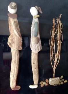 Pebble art and driftwood gülen