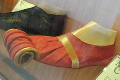 Zapato del siglo XIII llamado Pico de Pato, muy extravagantes.