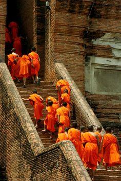Monks in Ayutthaya, Thailand http://itz-my.com