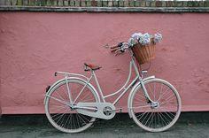 Un peu de romantisme, un peu de rose, une bicyclette et des fleurs. Par Beg Bicycles.