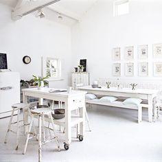 drewniane stoły,rustykalne stoły,drewniane ławki,jadalnia w skandynawskim stylu,jadalnia w rustykalnym stylu,białe wnętrza,proste ławki i st...