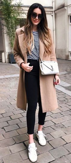what to wear with a nude coat bag + top + sneakers + black skinny jeans