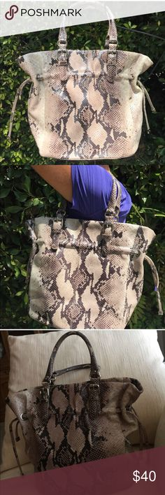 Snake Print Bag! Super cute snake print bag! Perfect size and perfect for any occasion! Make an offer!😘❤️ Bags