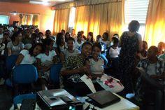 Conexão Professor: Ciep 365 realiza atividade em combate à violência sexual - A professora e mediadora do Núcleo de Tecnologia Educacional de Nova Iguaçu, Sheila Pires, levou a proposta para o colégio e deu suporte tecnológico para o evento.