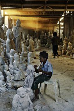 """Child Labour, Burma El horror detràs de la """" espiritualidad"""",trabajo  de niños.luego los no videntes compran y veneran estas estàtuas."""