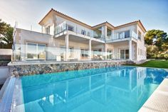 Newly built villa in Mallorca in a quiet area and close to the golf courses, Port Adriano and the marina in Santa Ponsa. The property offers an elevator and a spacious garage for several cars. Excellent materials have been used at the construction.