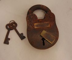 Cast Iron Lock with Skeleton Key Great for a rustic or country primitive redecorating project! - Very sturdy cast iron with an antique rust/brown finish and authentic detail - Created using traditiona Antique Keys, Vintage Keys, Antique Hardware, Under Lock And Key, Key Lock, Old Keys, Knobs And Knockers, Pirate, Key To My Heart