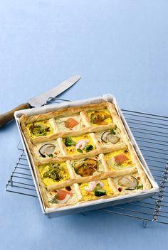Torta salata al pesce e verdure: Scopri come preparare questa deliziosa ricetta. Facile, gustosa e adatta ad ogni occasione. Questo torte salate e souffle' ha un tempo di preparazione di 1 ora 5 minuti.