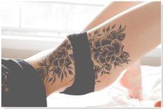 Le tatouage fleurs.