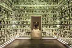 O museu da cachaça conta com salas de exposição sobre a cadeia produtiva e as características da cachaça artesanal, com painéis fotográficos, áudios, vídeos e uma instalação de 9 metros de alturas com 1.750 garrafas de cachaça produzidas na cidade mineira. Museu da Cachaça.  Projeto: Carico Local: Salinas, Minas Gerais.