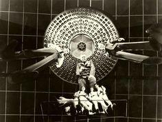 "Stephen Boyd, Raquel Welch, Arthur Kennedy and William Redfield. transform in size in a scene from the film ""Fantastic Voyage"" by Richard Fleischer, 1966 (Viaggio allucinante \ Viaje Alucinante \ Viagem Fantástica) | FANTASCIENTIFICAMENTE VINTAGE"