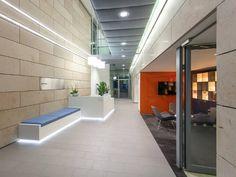 5Plus Architects tarafından tasarlanan 55 Princess Street, Manchester'da yer alan prestijli bir ofis projesidir. Yakın zamanda planlanan bir yenilemenin parçası olarak, Aydınlatma Tasarımcısı Hoare Lea Lighting, Etap Lighting armatürleri kullanarak üst düzey bir çalışma ile aydınlatma tasarımını gerçeğe dönüştürmüştür. İç mekan aydınlatma düzeni, dolaylı olarak dış mekan aydınlatması ile entegre edilmiştir, böylece iç ve dış mekan arasında görsel bir bağlantı oluşturulur.