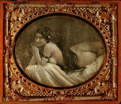 Fig. 316a. Dos ejemplos más de aquellos primeros desnudos artísticos. Arriba una Odalisca de autor desconocido en un daguerrotipo estereoscópico de 1853. Debajo, una fotografía de 1856 realizada por Auguste Belloc