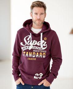 Superdry Standard genser Kraftig hettegenser i god Superdrykvalitet. Bred strammesnor i hetten. Gummiert trykk og munkelomme i front. Flosset innside. Bred ribb i nedkant og ved ermavslutning.56% bomull 44% polyester Superdry, Hoodies, Sweatshirts, Graphic Sweatshirt, Sweaters, Fashion, Moda, Fashion Styles, Parka