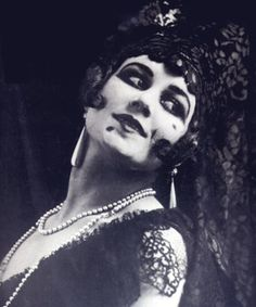 Carmen Tórtola Valencia (1882-1955) est une danseuse espagnole. More about the pioneering dancer, feminist and free spirit here and here.  (via Carmen Tórtola Valencia «Tigerloaf)
