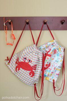 Free sewing pattern for simple summer drawstring backpack, DIY backpack for kids, kids backpack sewing pattern, drawstring backpack tutorial Easy Sewing Patterns, Sewing Tutorials, Sewing Projects, Bag Patterns, Craft Tutorials, Sewing For Kids, Free Sewing, Sewing Kits, Sewing Class