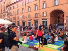 yoga in Piazza Galvani per sopportare l'assenza dei TDays