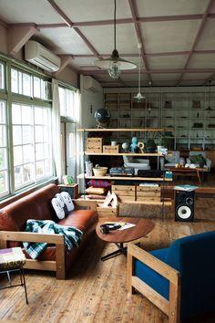 「ブルーのソファをアクセントにカフェ風リビングをつくる」。インテリア実例と部屋づくりのコツやポイントに加え、インテリア・家具の予算情報やまた使用されているアイテムの情報、販売店やメーカー情報などもご紹介します。152