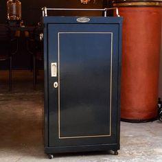 http://anciellitude.fr/wp-content/uploads/2017/09/IMG_1084.jpg - petit meuble Strafor noir - http://anciellitude.fr/petit-meuble-strafor-noir/ - #strafor #black #patinaofage #meuble #vestiaire #toleondulee #patine #rivet #furniture #architecture #mobilierindustriel #old #ancien #interiors #industrial #design #deco #vintage #anciellitude #pucesdesaintouen #parisfleamarket #marchepaulbert #paulbertserpette #allee1 #paris #forsale
