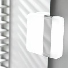 Valkoinen/kromattu AC-ledvalaisin Bela on IP44 luokiteltu valaisin kylpyhuoneeseen. Asennetaan suoraan verkkovirtaan. Valon väri 5700K.  #Bela #Gripshop #kylpyhuone #kylpyhuonevalaisin #ledvalaisin #uutuus #foccobygrip Led