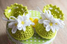 These cute little crochet baby booties look adorable on the little feet of your baby. The pattern is very detailed. It comes with easy to follow written instructions and photo tutorial. The photo tutorial contains many helpful step-by-step pictures to ma