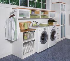 Amei essas gavetas de aramado de correr para colocar roupa suja, 4 gavetas resolvem roupas claras, escuras, cama e banho e o que nao se pode lavar junto das roupas. Mais uma pequena para pecas que devem ser lavadas a mao.