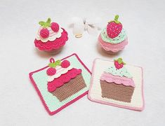 GRATIS- Häkelanleitung Cupcake Set This cupcakes set consists of 2 cupcakes - cherry and Crochet Cupcake, Diy Crochet, Crochet Toys, Crochet Bracelet, Crochet Earrings, Crochet Potholders, Crochet Winter, Crochet Home Decor, Crochet Kitchen
