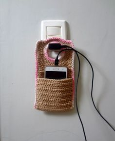 A practical and beautiful cell phone for you to carry in your bag to protect and rec . Crochet Pouch, Crochet Towel, Crochet Keychain, Crochet Geek, Crochet Purses, Crochet Gifts, Cute Crochet, Easy Crochet Patterns, Crochet Designs