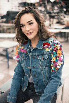 Denim jackets are not limited just for fall winter days but crazy fashion girls love to wear it in spring summer to make their fashion statement. We often talk about denim pants, coats, shirts, ski… Denim Fashion, Boho Fashion, Jean Diy, Mode Jeans, All Jeans, Weird Fashion, Embroidery Fashion, Denim Outfit, Diy Clothes