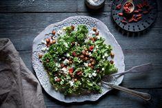 Grünkohlsalat mit Kichererbsen, Gojibeeren, Feta und Avocado