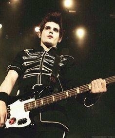 WHY DOES MIKEY WAY HAVE TO LOOK SO DAMN GOOD IN EVERY SINGLE PHOTO