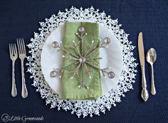 Use snowflake crafts as an easy way to embellish a place setting for a winter wedding . Use Snowflake Crafts As An Easy Way To Beautify A Place Setting For A Winter Wedding Simple Wedding Christmas Table Settings, Christmas Tablescapes, Simple Christmas, All Things Christmas, Christmas Ideas, Coastal Christmas, Christmas Kitchen, Christmas Projects, Christmas Ornament