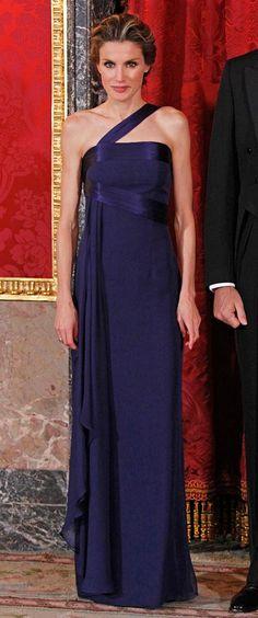 3/24-11-2009. Este vestido no lo estrenó en la imagen que os he puesto. Lo hizo en Londres, en una cena con los periodistas extranjeros en la capital británica, pero de aquella noche las fotos son muy malas, por eso os pongo la segunda vez que se lo puso, en una cena de gala en el Palacio Real. La sencillez de este traje de noche, firmado por Varela, sumado a la maravillosa seda con la que está confeccionado, hacen de él una preciosidad. Además la Princesa lo luce con mucho estilo.