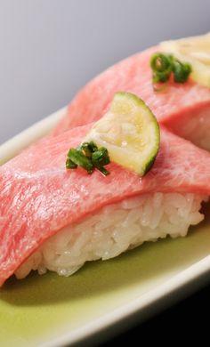 fatty tuna nigiri sushi Nigiri Sushi, Sashimi, Tropical Fruits, Rice Vinegar, Foods To Eat, Chow Chow, Japanese Food, Seafood, Addiction