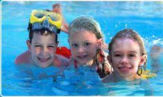 Zwembadspelletjes voor een groep kinderen.