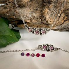 Die Kette mit den kleinen Blumen, und das dazu passende Armband machen euren Trachtenlook erst richtig aufregend. Die Blumen sind mit Kristallen von Swarovski ® veredelt. #rot #pink #lila #dinrdl #schmuck #schmuckset #dirndlschmuck #trachtenschmuck #trachtenschmuckset #armband #blumen #edelstahl #zinnguss #versilbert #blumen #geschenkidee #geschenke #lederhose Pink Lila, Swarovski, Small Trailer, Little Flowers, Pink Pearls, Deer Horns, Glass Beads, String Of Pearls, Crystals