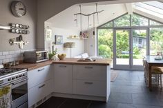 Boden aus Schieferplaten / Wohnküche (Cathy & Tony's Calm, Creative English Home) Kitchen Family Rooms, Living Room Kitchen, New Kitchen, Kitchen Decor, Sofa In Kitchen, Sunroom Kitchen, Open Plan Kitchen Dining Living, Open Plan Kitchen Diner, Open Space Living