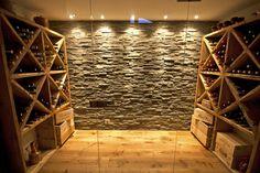 Chalet Les Chantéls: cave à vin : Weinkeller im Landhausstil von shep&kyles design