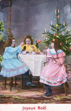 Joyeux Noël - Près du sapin de Noël trois fillettes en belle robe attablées boivent le thé - 1906 (from http://mercipourlacarte.com/picture?/1299/)