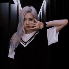Aesthetic Roses, Kpop Aesthetic, K Pop, Korean Girl, Asian Girl, Fille Gangsta, Blackpink Icons, Korean Photo, Rose Icon