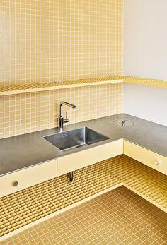 All Yellow Duplex in Barcelona, Apartment Interior by Arquitectura-G, Photo Jose Hevia Duplex Apartment, Apartment Renovation, Apartment Interior, Home Interior, Kitchen Interior, Interior Design, Futuristisches Design, Home Design, Interior Modern