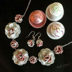 Nespresso Art - necklace and earrings - Frauen Schmuck Recycled Crafts, Diy And Crafts, Bijoux Fil Aluminium, Art Necklaces, Coffee Pods, Homemade Jewelry, Bijoux Diy, Beads And Wire, Metal Jewelry