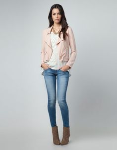 Pink leather jacket, cream or white with gold sequins top, light wash skinny jeans, booties. Cream Leather Jacket, Leather Jacket Outfits, Pink Leather, Leather Jackets, Cuir Rose, Winter Stil, Pink Jacket, Moda Online, Autumn Winter Fashion
