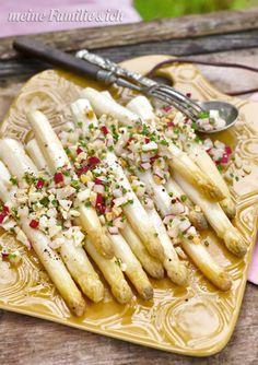 Ofenspargel mit Radieschen-Eier-Dressing / Rezept: http://www.meine-familie-und-ich.de/node/563  Bildnachweis: burdafood.net/Oliver Brachat