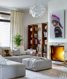 В гостиной угловой диван, Porada. Люстра, Luceplan. Стеллаж, Calligaris.