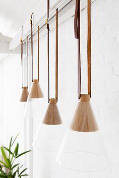 a luminária cone, com peças cônicas de madeiras freijó ou cumaru