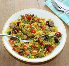 De kurkuma, chorizo en olijven geven deze salade een pittig Spaans tintje. Lekker!